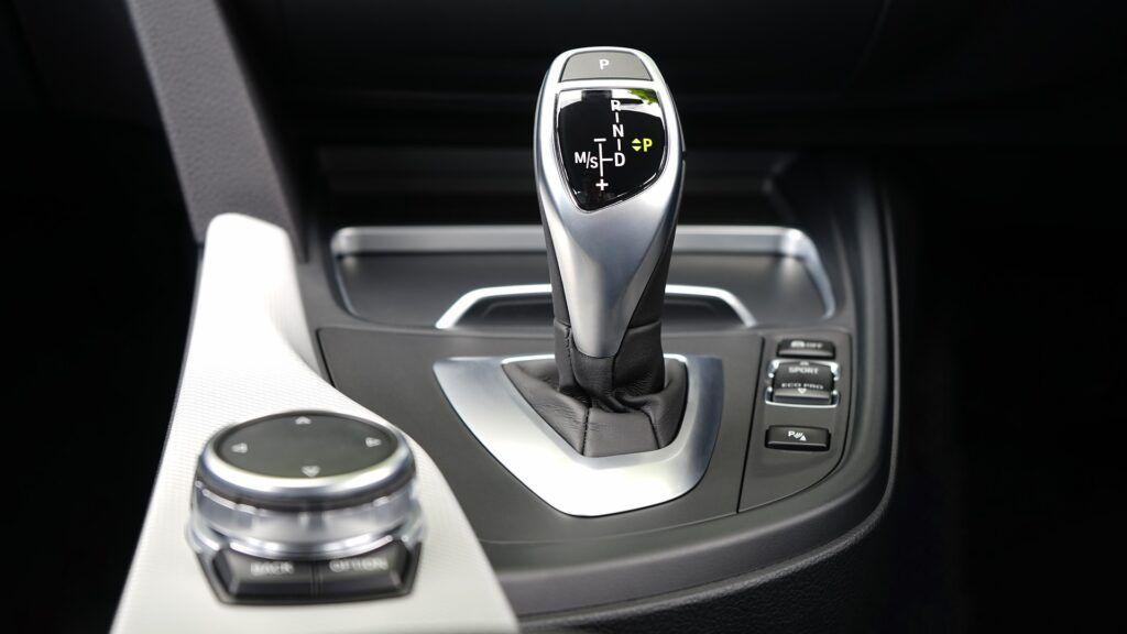 Arrancar un coche automático en cuesta