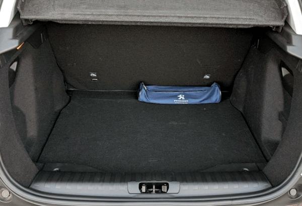 Peugeot 2008 Active Pack Bluehdi maletero | Total Renting